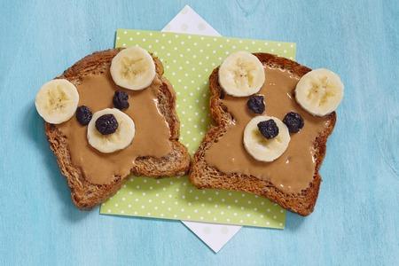 Bear welpen gemaakt van volkoren brood met pindakaas, banaan en rozijnen