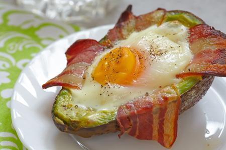 Bateaux avocat oeufs au bacon. Faible teneur en glucides petit-déjeuner riche en graisses