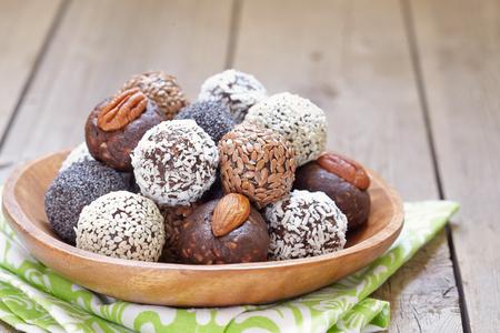 Zelfgemaakte gezonde Paleo Raw Energy Balls met noten en Data