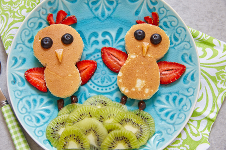 aliments droles: Funny chickens pancakes with berries for kids breakfast