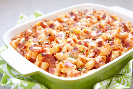 macarrones: cazuela de pasta con tocino, jamón, queso y salsa de tomate Foto de archivo