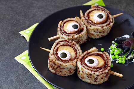 aliments droles: Monster Eyes for Halloween. Crepes roll up with banana