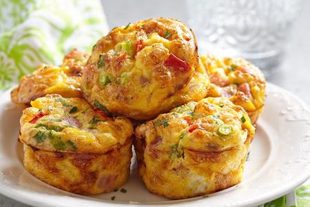 ハム、チーズ、野菜、おいしい卵マフィン 写真素材