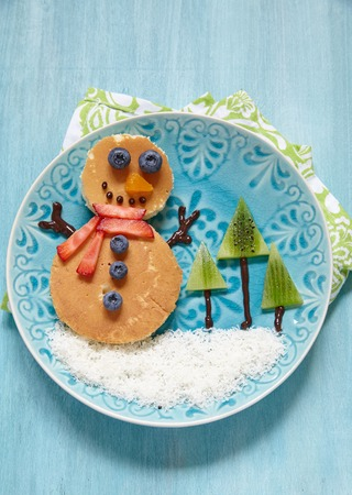 christmas morning: Funny snowman Christmas morning breakfast pancakes for kids Stock Photo