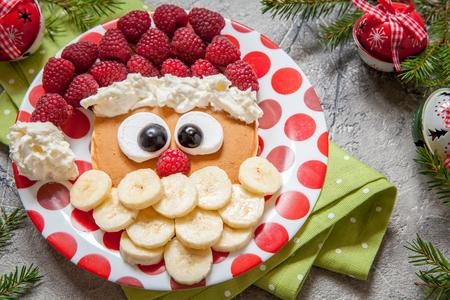 Christmas Santa palacsinta málna, banán gyerekruházat reggeli Stock fotó