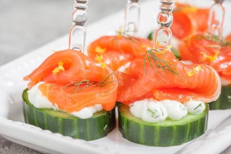salmon ahumado: canapé de pepino con eneldo queso crema y salmón ahumado aperitivo