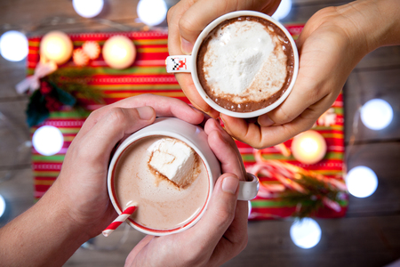 cioccolato natale: Hot chocolate with marshmallows and Christmas lights decoration