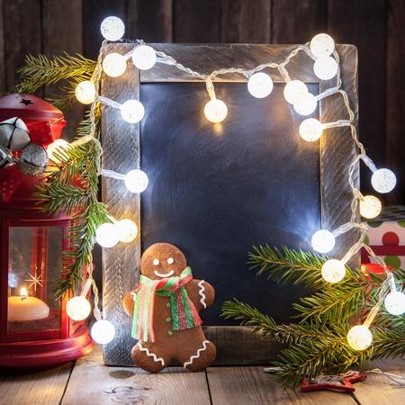 velas de navidad: Christmas decoration with small chalkboard and gingerbread man