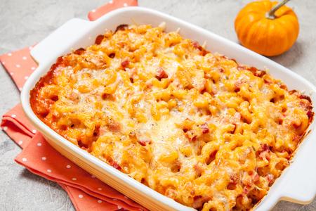 macarrones: macarrones y queso delicioso con jamón y calabaza
