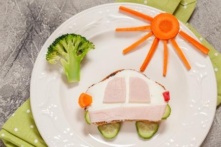silhouette voiture: forme de voiture sandwich drôle pour un enfant