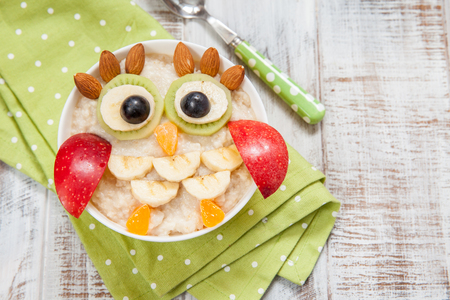 Kids breakfast oatmeal porridge with fruits and nuts Standard-Bild