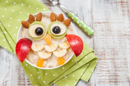 Kids breakfast oatmeal porridge with fruits and nuts Stockfoto