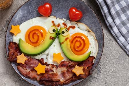 楽しい食品。バレンタインの日のカタツムリ朝食