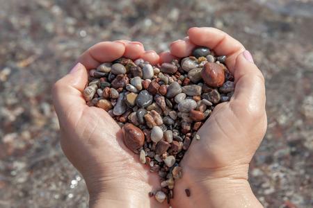 Vrouw handen die stenen in hartvorm houden