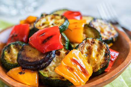 Grilled vegetables salad with zucchini, eggplant, onions, peppers and herbs Standard-Bild