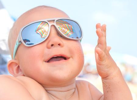 Feliz lindo bebé sonriente divertida