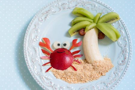 pomme rouge: Fruit dessert for kid child with kiwi, banana and pear Banque d'images