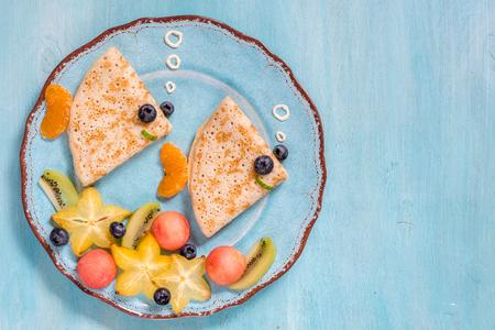 aliments droles: Les crêpes à crêpes drôles ressemblent à un poisson Banque d'images