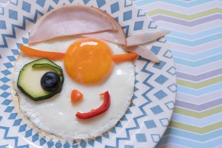 Divertido huevo frito pirata para el desayuno infantil Foto de archivo - 83989296