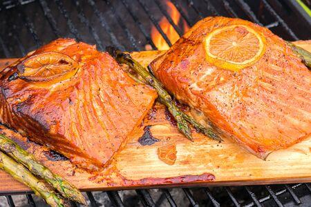 Zedernholz Lachs mit Zitrone auf Grill kochen Standard-Bild - 86181784