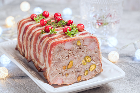 terrine with ground meat, ham and pistachios for Christmas Standard-Bild