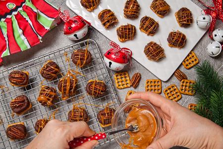 christmas cracker: Chocolate Caramel Pecan Pretzel Bites