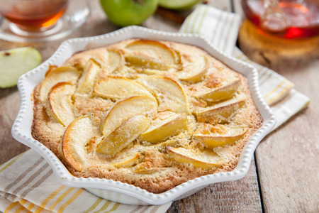 old fashioned apple cake pie with vanilla and cinnamon Stockfoto - 95052305