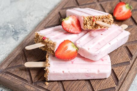 Yogurt, berry and granola breakfast popsicles Stockfoto