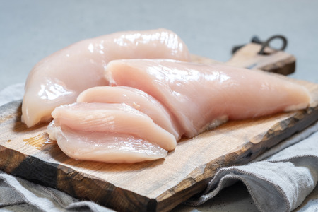 Fresh chicken meat on wooden board Banque d'images