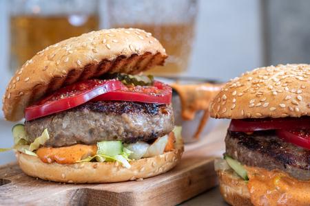 Deux délicieux hamburgers faits maison avec du boeuf, des tomates et du concombre