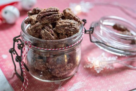 Kandierte Mandeln und Pekannüsse mit braunem Zucker und Zimt