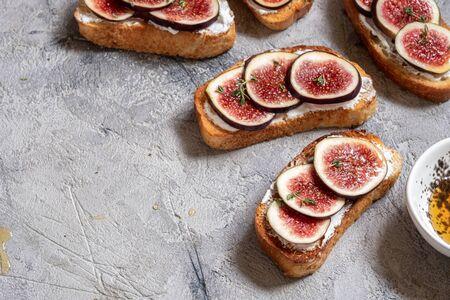 Bruschetta with figs and goat cheese Zdjęcie Seryjne
