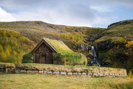 Antike traditionelle isländische Rasen Wikinger Haus in der Nähe von Wasserfall Standard-Bild