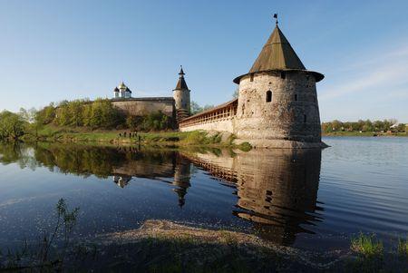 Vista del Kremlin Pskov en el r�o.  Foto de archivo