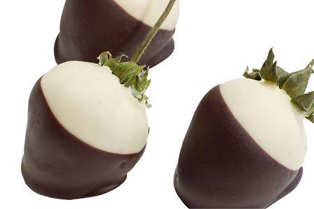chocolate covered strawberries: Un tr�o de fresas cubiertas de chocolate  Foto de archivo