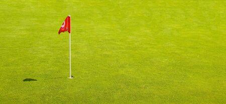 golf drapeau: Un drapeau de golf Reg sur une herbe parfaite putting green Banque d'images