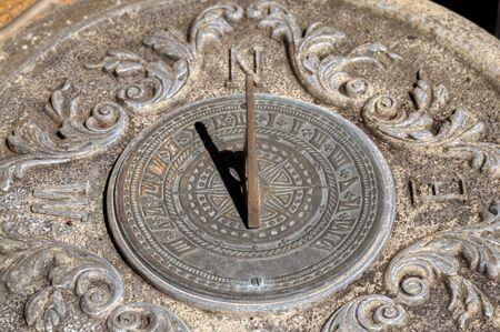 reloj de sol: Stone sundail con la sombra