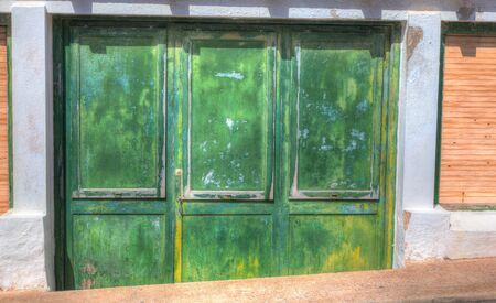 puerta verde: Puerta verde en el estilo grunge