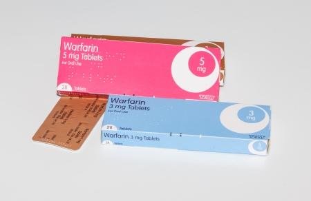 anticoagulant: Cleethorpes, Inglaterra - 21 de diciembre 2013: Cajas de medicamento warfarina anticoagulante sobre fondo blanco