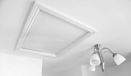 白い塗られた部屋でロフト ハッチの写真