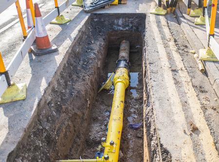 지하 파이프는 트렌치에 고정되어 스톡 콘텐츠