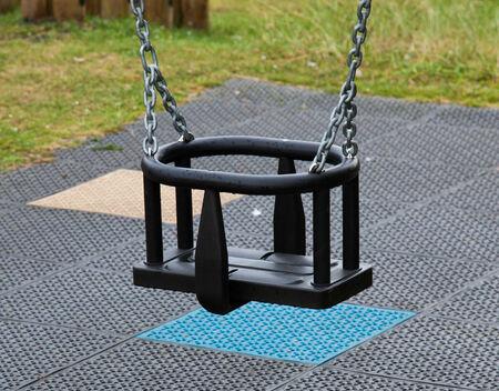 swing seat: Dondolo vuota in un parco Archivio Fotografico