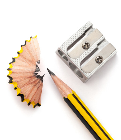 Lápiz y lápiz sharperner sobre fondo de papel blanco Foto de archivo