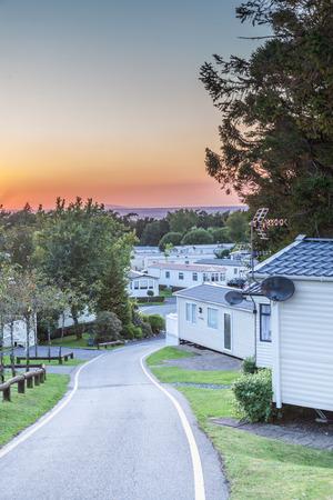 parken: Caravan Park bei Sonnenuntergang in Großbritannien