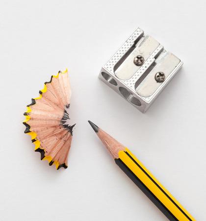 sacapuntas: Lápiz y sacapuntas de lápiz sobre papel blanco de fondo Foto de archivo