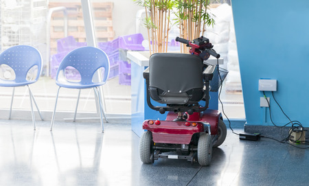 persona en silla de ruedas: scooter eléctrico de carga de hasta
