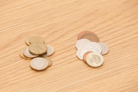 sterlina: contanti sterline su sfondo di euro e