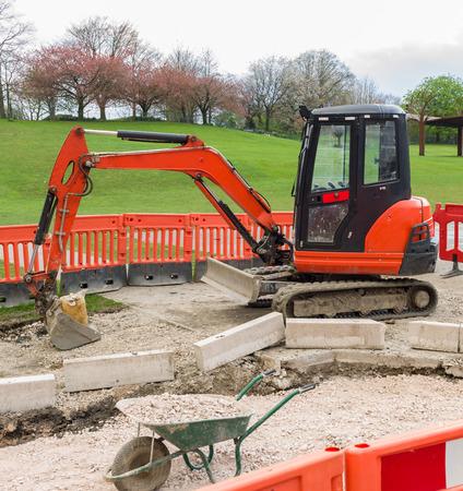 Rode graver op bouwplaats
