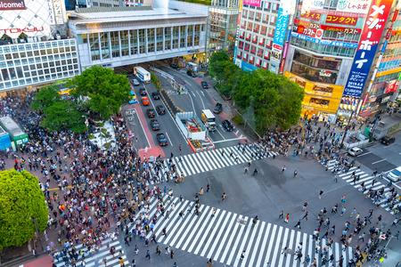 Shibuya Crossing is een van de drukste zebrapaden ter wereld. Voetgangersoversteekplaats bij Shibuya-district. Tokio, Japan - 3 mei 2019 Redactioneel