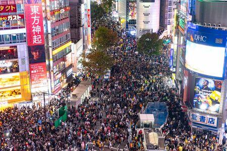 Niewiarygodny tłum ludzi w dzielnicy shibuya podczas obchodów halloween. W ostatnich latach Halloween stało się wielkim hitem w Tokio. Publikacyjne